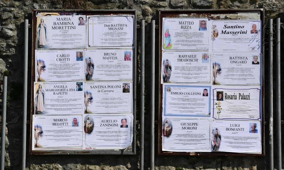 Quadro mostra obituários na cidade italiana de Vertova, onde cerca de 40 pessoas morreram em 23 dias Foto: MIGUEL MEDINA / AFP