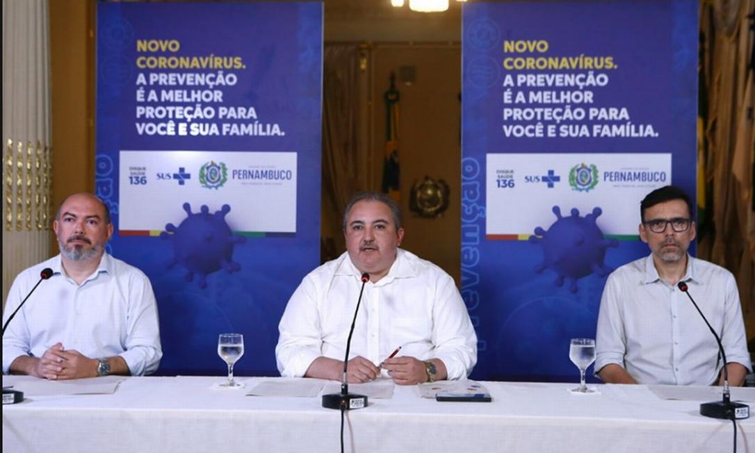 Secretário de Saúde de Pernambuco, André Longo (ao centro) Foto: Facebook / Reprodução
