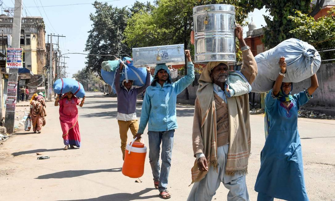 Paquistaneses tentam voltar para seu país depois de a Índia entrar em quarentena nacional Foto: NARINDER NANU / AFP