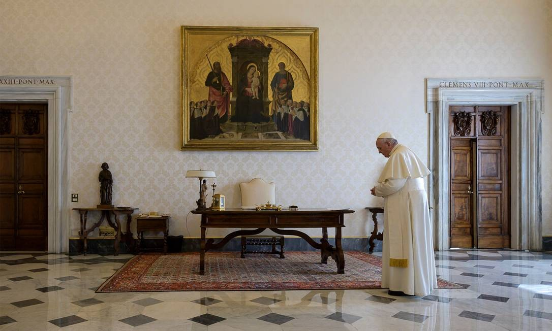 Papa Francisco tem feito suas atividades à frente da Igreja Católica via televisão e internet Foto: HANDOUT / AFP