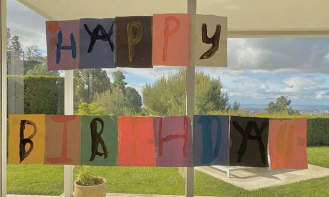 Filhos de Elton John pintam cartão caseiro de aniversário durante o autoisolamento do cantor Foto: Reprodução