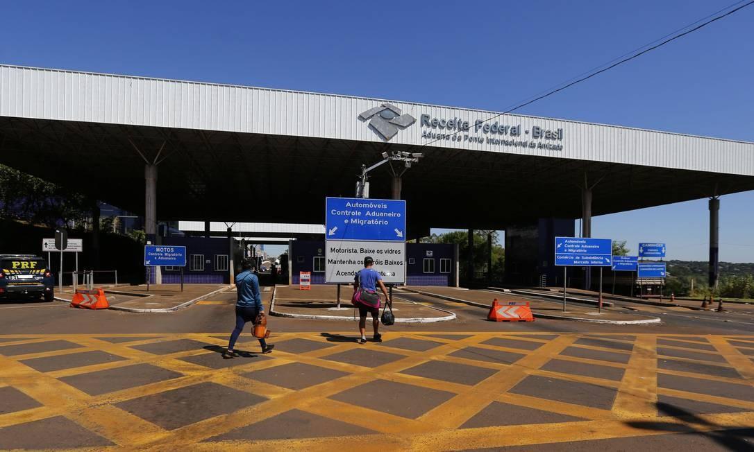 Fronteira entre Brasil e Paraguai está fechada, mas autoridades têm dificuldades para vigiá-la completamente Foto: Brazil PhotoPress / Agência O Globo