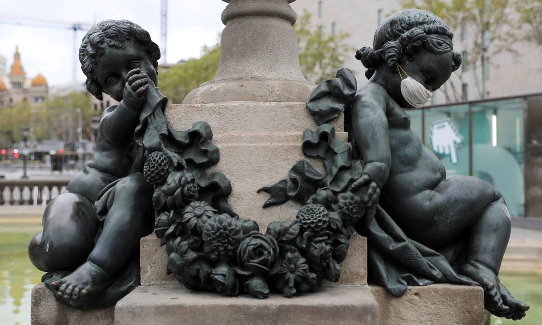 Um anjo de uma estátua com uma máscara protetora é visto enquanto o surto da Covid-19 continua em Barcelona, Espanha Foto: Nacho Doce / REUTERS