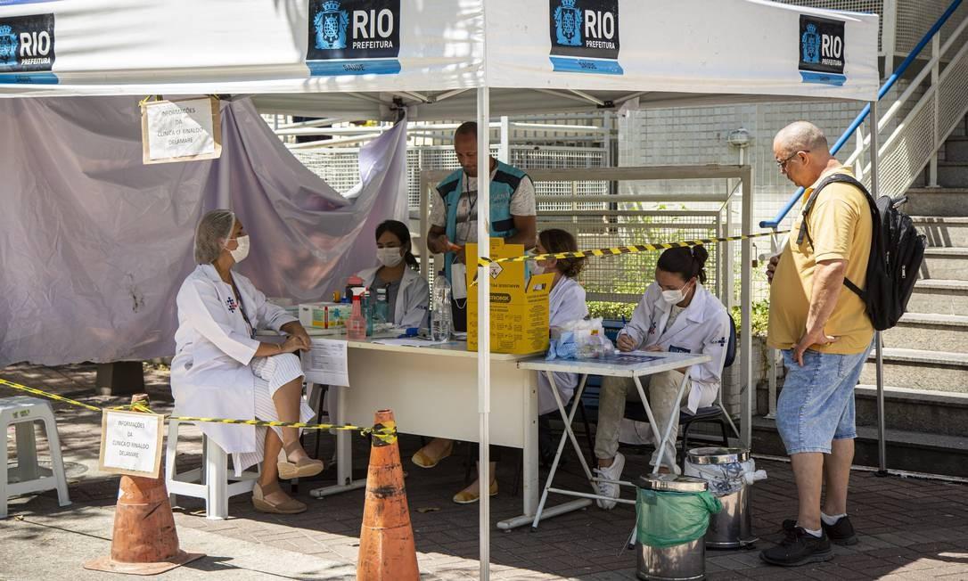 A que atende moradores da Rocinha montou tenda do lado de fora para fazer a triagem de pacientes com suspeita de Covid-19 Foto: Hermes de Paula / Agencia O Glob / Agência O Globo