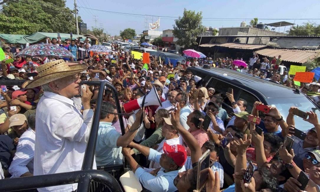 O presidente do México, Andrés Manuel López Obrador, usa um megafone para falar com seus apoiadores num comício dia 15 de março Foto: MEXICO'S PRESIDENCY / REUTERS