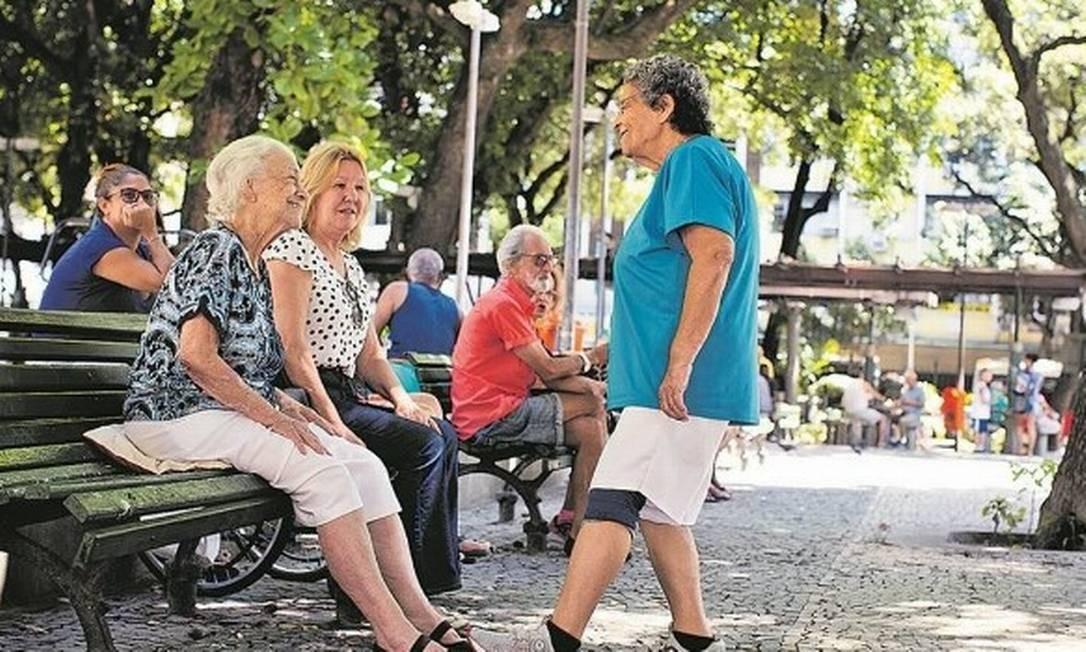 Idosos se reúnem em Copacabana, bairro que concentra população com mais de 60 anos: as amigas vão para a rua, mas se cumprimentam com os pés Foto: Márcia Foletto/21-3-2020