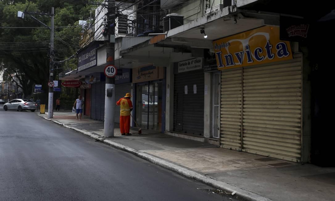 Comércio fechado na Rua da Conceição, no Centro, depois de decreto que impôs quarentena total Foto: Fabiano Rocha / Agência O Globo