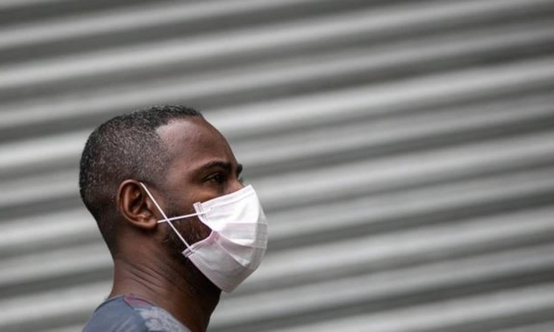 Máscaras cirúrgicas devem ser usadas somente por quem tem suspeita de Covid-19 e para profissionais de saúde Foto: Getty Images