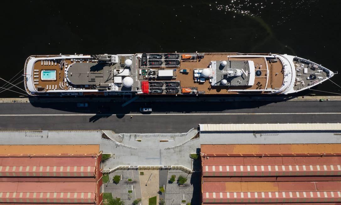 O navio de bandeira francesa construído em 2010 tem capacidade para 264 passageiros, conta com seis decks, 132 cabines. Ele pesa 10.700 toneladas e tem 142 mestros de comprimento e 18 m de largura Foto: Brenno Carvalho / Agência O Globo