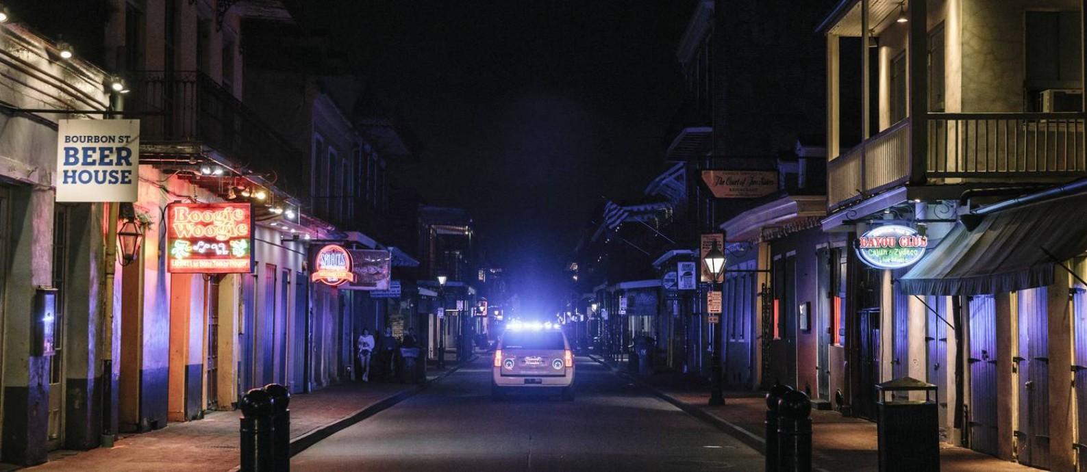 Bourbon Street, tradicional rua de New Orleans, deserta em meio à pandemia de coronavírus Foto: WILLIAM WIDMER / NYT