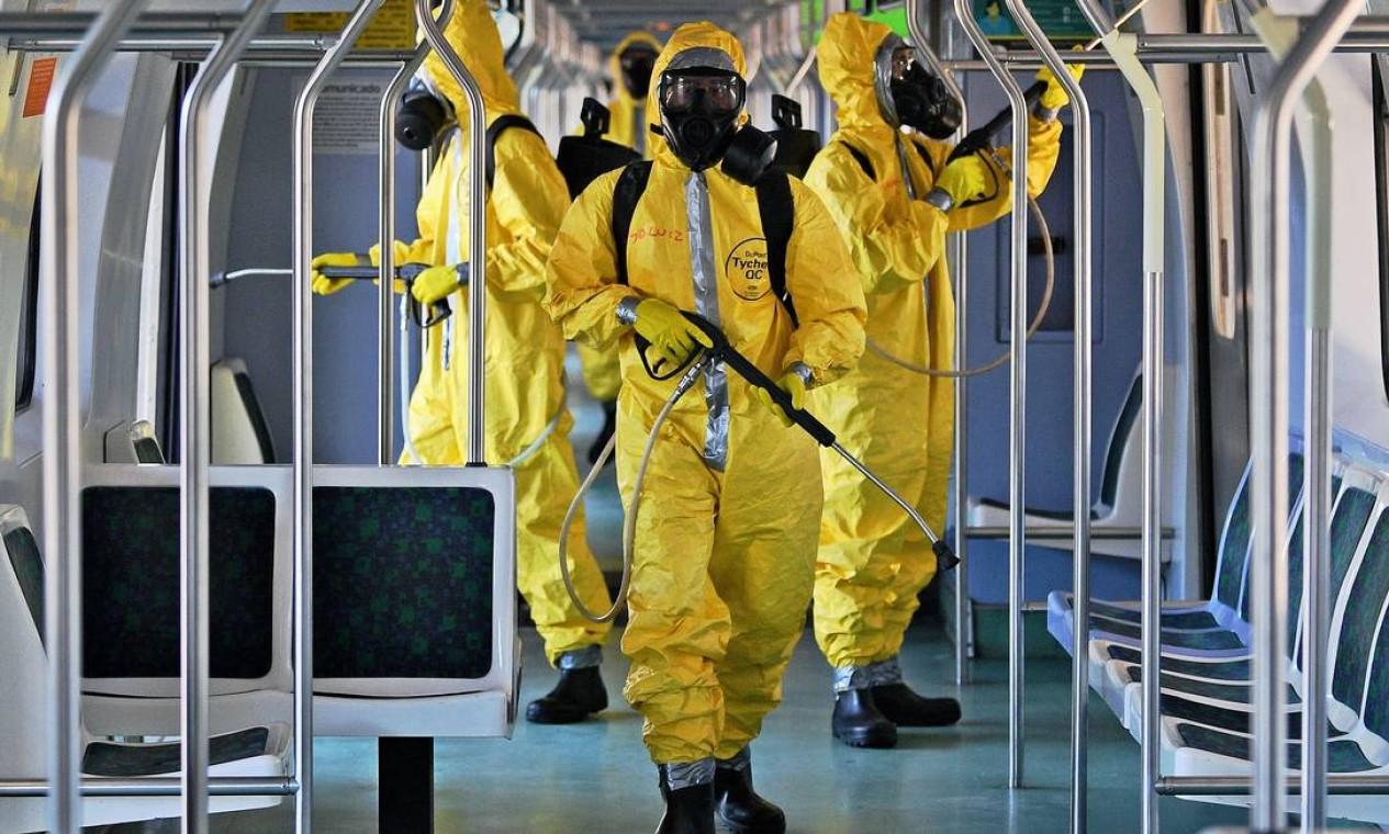 Militares das Forças Armadas realizam a desinfecção de um trem na Central do Brasil, no Centro, como medida de prevenção à propagação da pandemia da Covid-19. Trabalho, que teve início nesta quinita-feira, também ocorre em barcas, metrôs, aeroportos e pontos de ônibus Foto: CARL DE SOUZA / AFP