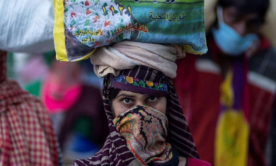 Mulher retorna à sua vila na Índia durante quarentena Foto: DANISH SIDDIQUI / REUTERS