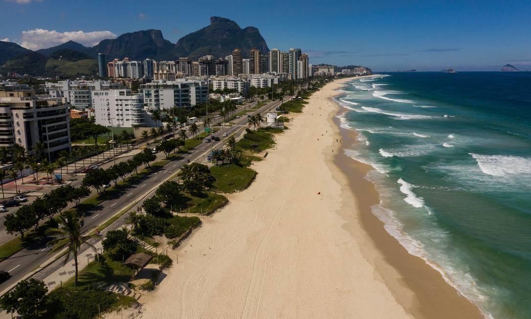 Praia da Barra, no posto 7, vazia Foto: Brenno Carvalho / Agência O Globo
