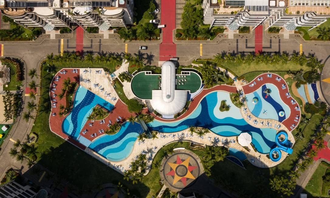 Área de lazer de condomínio na Barra da Tijuca: ninguém nas piscinas apesar do dia de sol Foto: Brenno Carvalho / Agência O Globo
