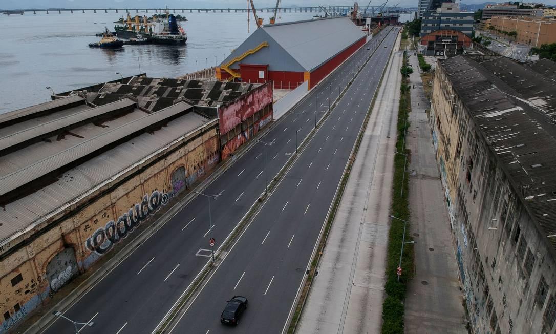 Via Binário, na Zona Portuária, praticamente sem carros Foto: MAURO PIMENTEL / AFP - 24/03/2020