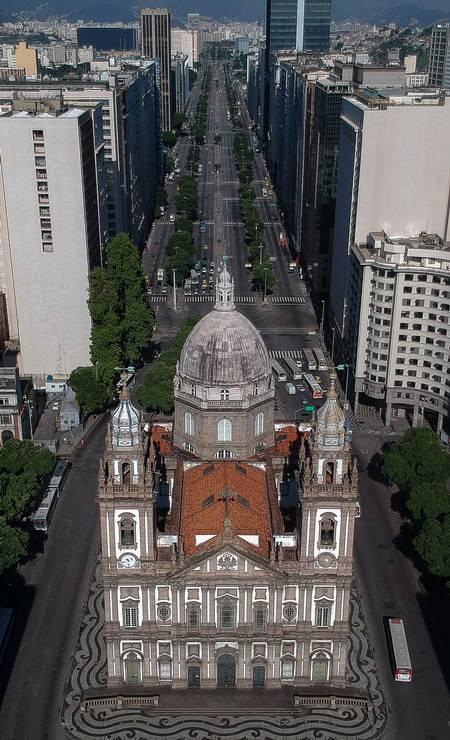 Igreja da Candelária e, ao fundo, a Avenida Presidente Vargas, uma das mais movimentadas do centro do Rio Foto: MAURO PIMENTEL / AFP