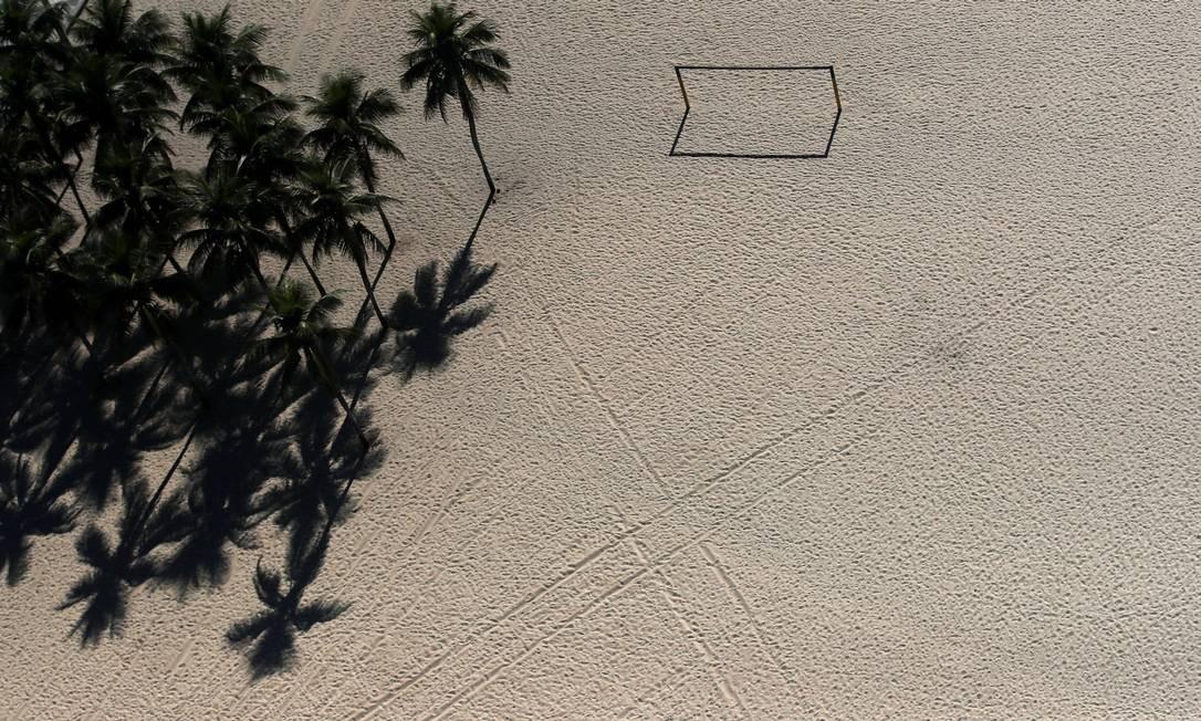 Trave de futebol na praia de Copacabana sem a boa e velha pelada dos cariocas Foto: RICARDO MORAES / REUTERS