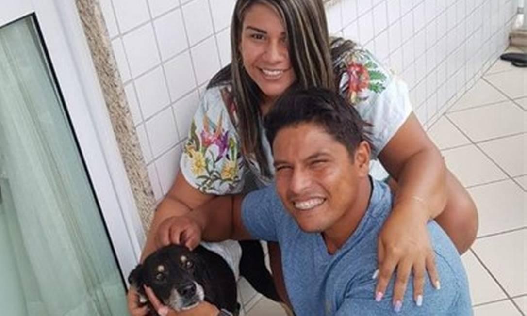 Gabriela e o marido ofereceram lar temporário para o vira-lata Vicente Foto: Arquivo Pessoal