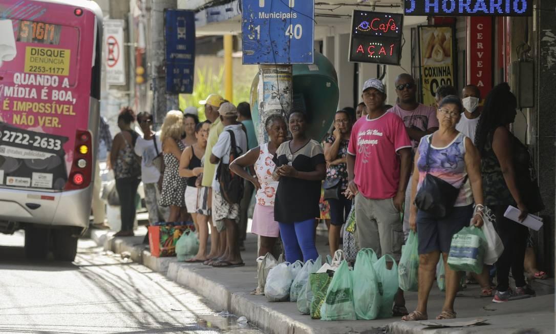 Comércio de São Gonçalo tem muitas lojas abertas e muitas pessoas na rua. Na foto, a Avenida 18 do Forte Foto: Gabriel de Paiva / Agência O Globo