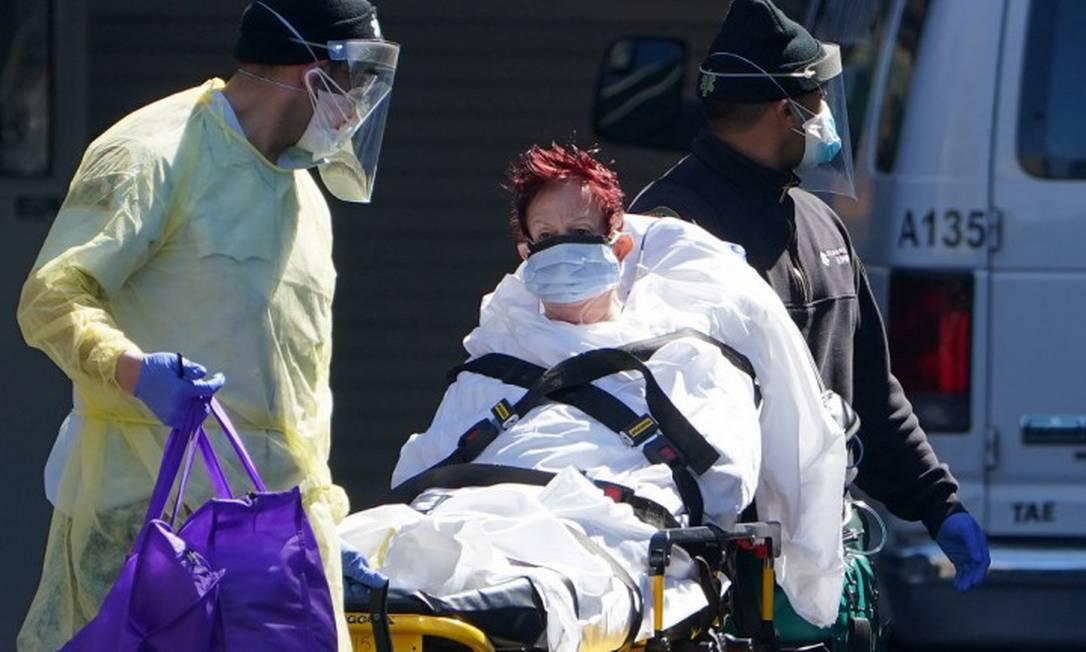 Paciente é levada de ambulância em Nova York Foto: CARLO ALLEGRI / REUTERS