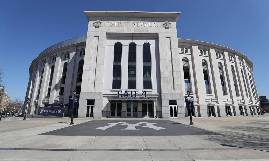 O Yankee Stadium, no Bronx, vazio nesta quinta-feira, quando estava prevista sua abertura. A liga de beisebol adiou o início de sua temporada devido ao surto de coronavírus Foto: AL BELLO / AFP