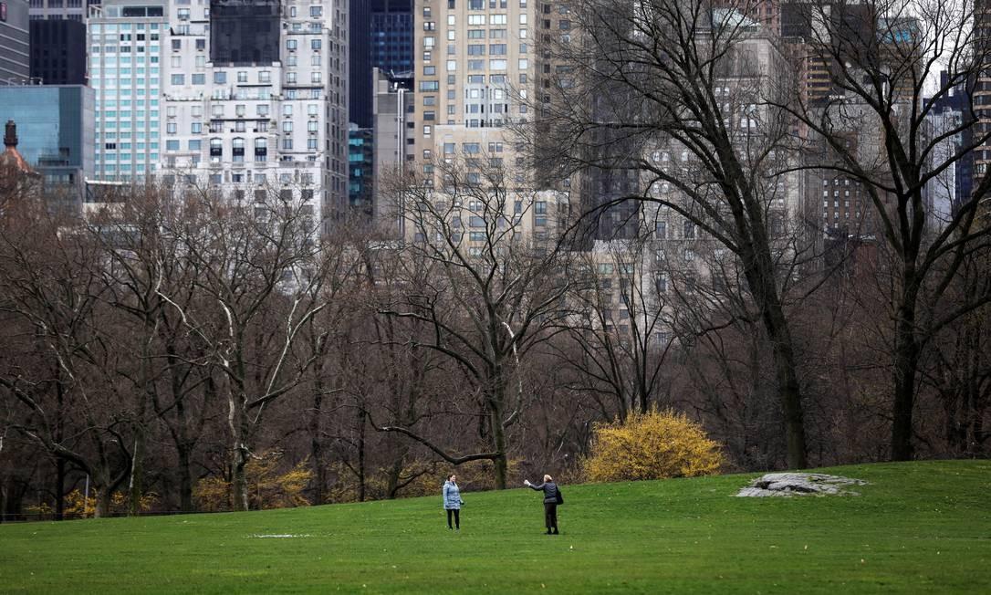 Duas mulheres conversam mantendo distância no Central Park Foto: Mike Segar / REUTERS