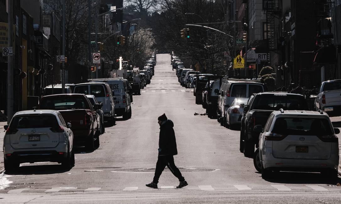 Um homem caminha pela Terceira Avenida, no Brooklyn Foto: STEPHEN YANG / REUTERS