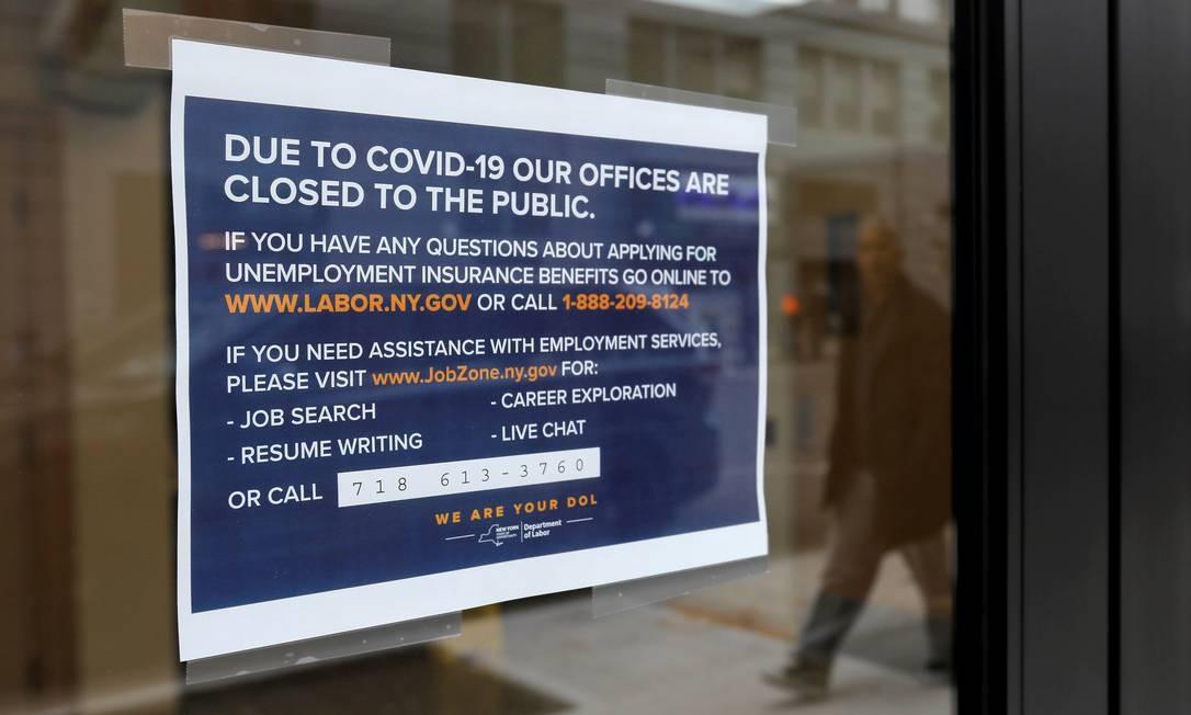 As placas são colocadas na entrada dos escritórios do Departamento de Trabalho do Estado de Nova York, que foram fechadas ao público devido ao surto de doença Foto: Andrew Kelly / REUTERS