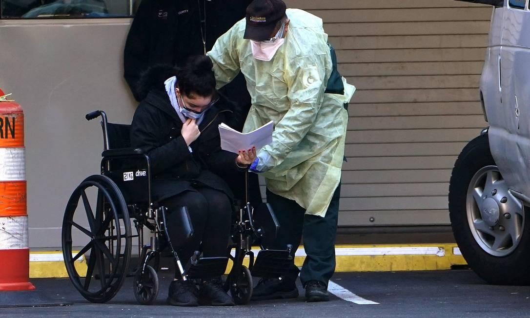 Um paciente é levado de ambulância com suspeita de Covid-19 no bairro de Manhattan Foto: CARLO ALLEGRI / REUTERS