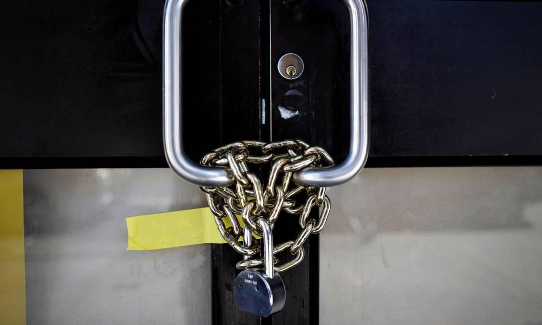 Um restaurante fechado é visto acorrentado e trancado em Manhattan durante o surto da COVID-19 Foto: MIKE SEGAR / REUTERS