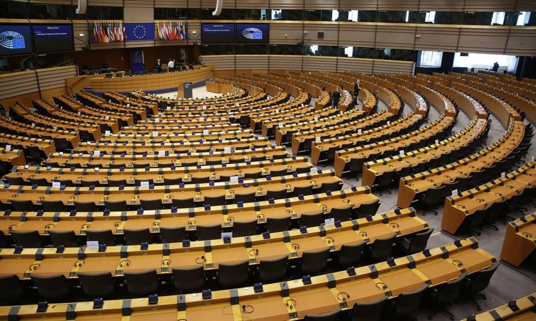 Plenário do Parlamento Europeu durante votação sobre uso de verbas do orçamento do bloco para financiar ações para o coronavírus Foto: ARIS OIKONOMOU / AFP
