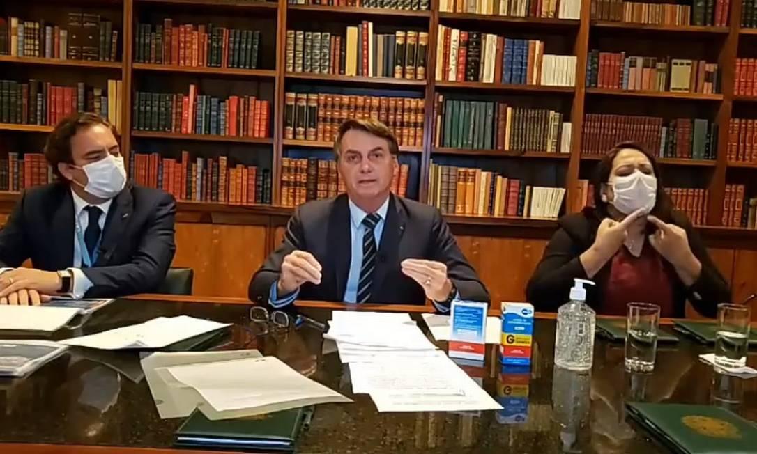 O presidente Jair Bolsonaro participa de transmissão ao vivo Foto: Reprodução/Facebook