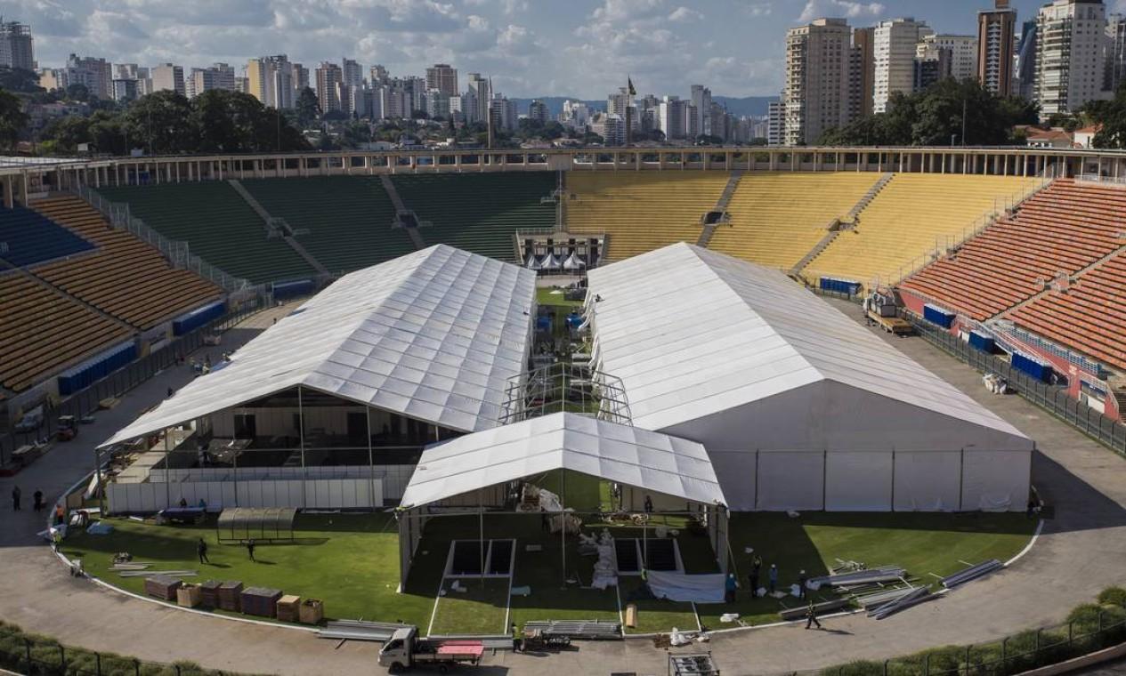 O Estádio do Pacaembu, em São Paulo, começou a receber estruturas provisórias para abrigar um hospital de campanha Foto: Edilson Dantas / Agência O Globo