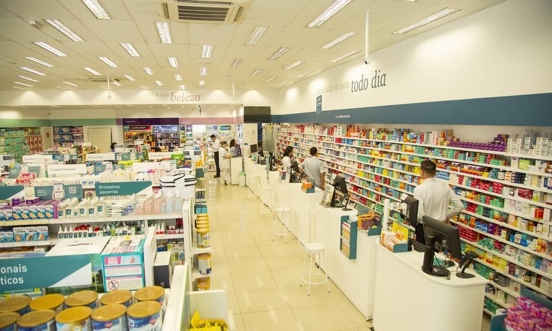As farmácias da rede Raia Drogasil continuam abertas durante a crise, mas recomendação é compra por telefone ou internet Foto: Gabriel Monteiro / Agência O Globo