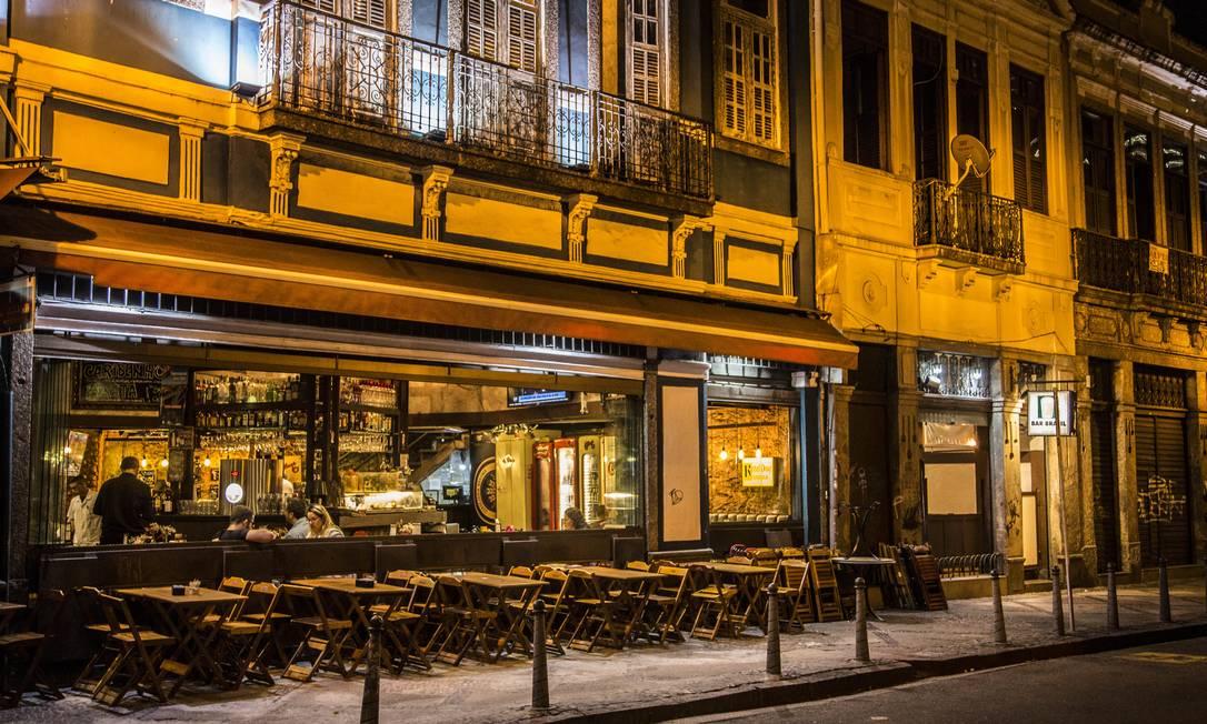 Bares e restaurantes já registravam queda do movimento nas últimas semanas. Com fechamento, buscam formas para sobreviverem à crise Foto: Guito Moreto / Agência O Globo