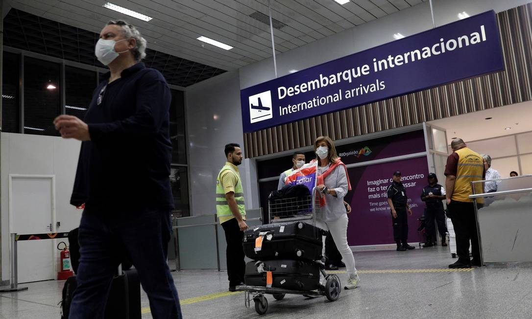 Passageiros desembarcam no Aeroporto Internacional do Galeão, no Rio, usando mácaras. Temor do coronavírus provocou queda brusca nas viagens de avião Foto: RICARDO MORAES / Reuters/5-3-2020