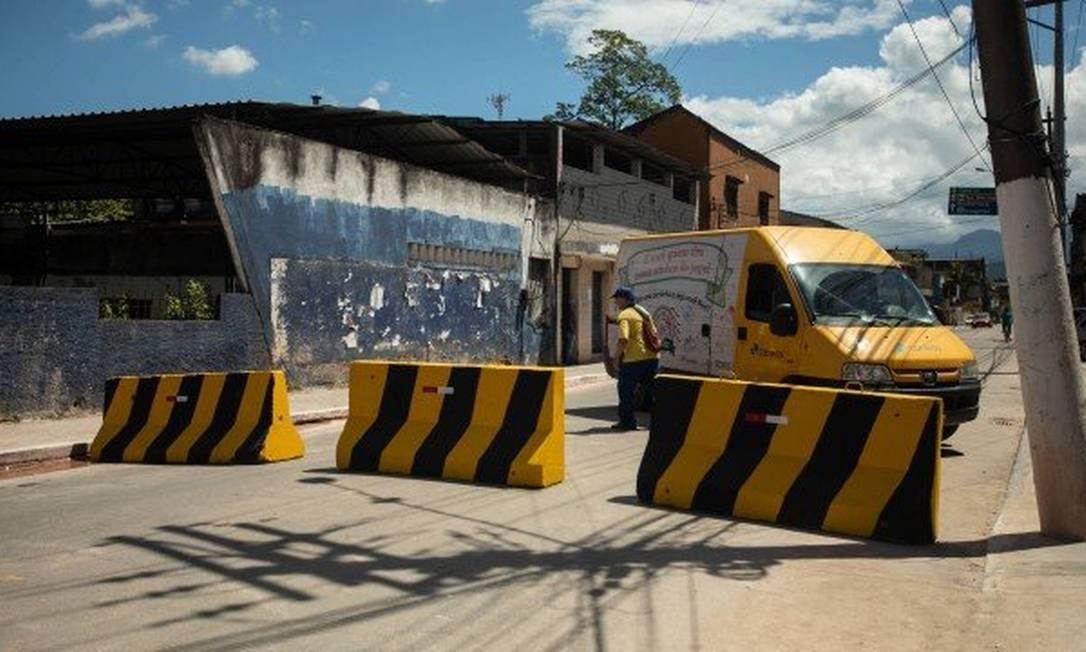 Entrada de Magé fechada com blocos de concreto Foto: Brenno Carvalho