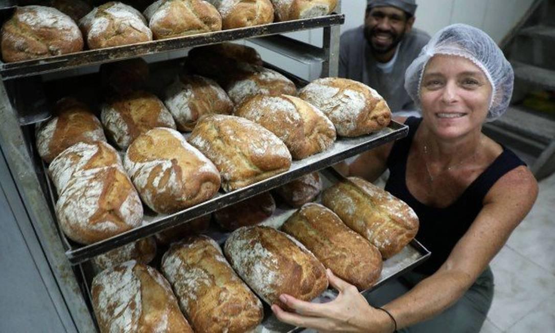 Shelley de Botton, dona de padaria, com o padeiro-chefe, Anderson: campanha para doar pães Foto: Fabio Motta