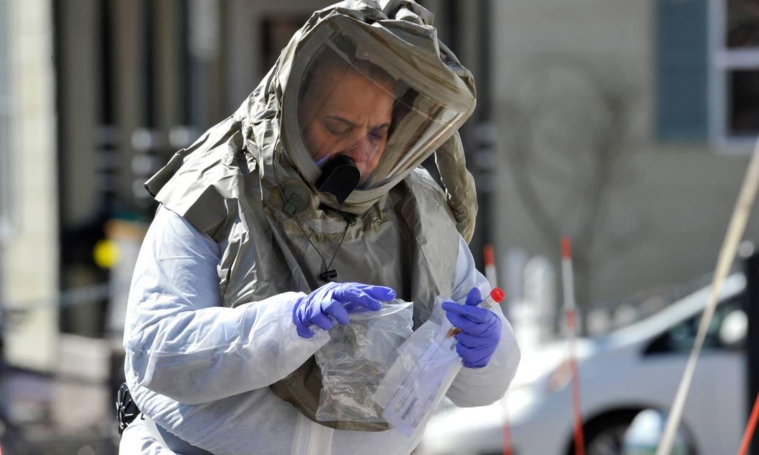 Enfermeira em traje de proteção organiza teste completo do coronavirus para ser enviado ao hospital Somerville em Somerville, Massachusetts, para ser analisádo em laboratório Foto: Joseph Prezioso / AFP
