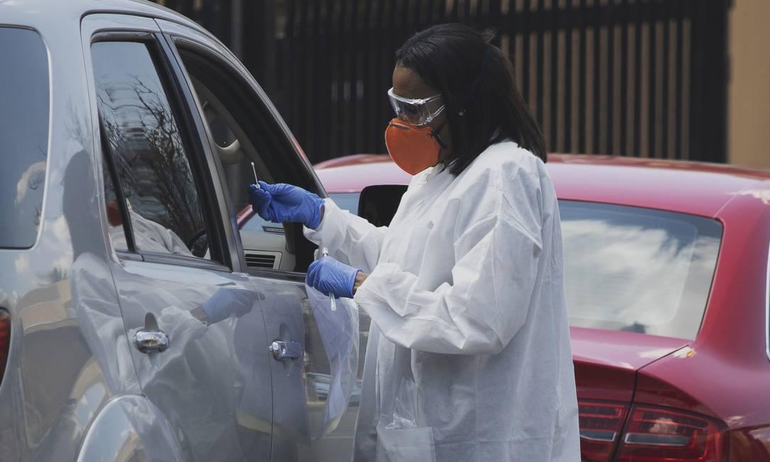 Profissional de saúde realiza um teste de zaragatoa para o coronavírus em Joanesburgo, África do Sul. Países africanos foram os últimos a serem atingidos pela pandemia Foto: Marco Longari / AFP