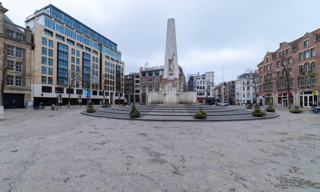 Uma praça em Amsterdã, na Holanda: espaços públicos só ficaram desertos depois que foram fechados pelo governo Foto: Antonie Glaser / Getty Images/iStockphoto