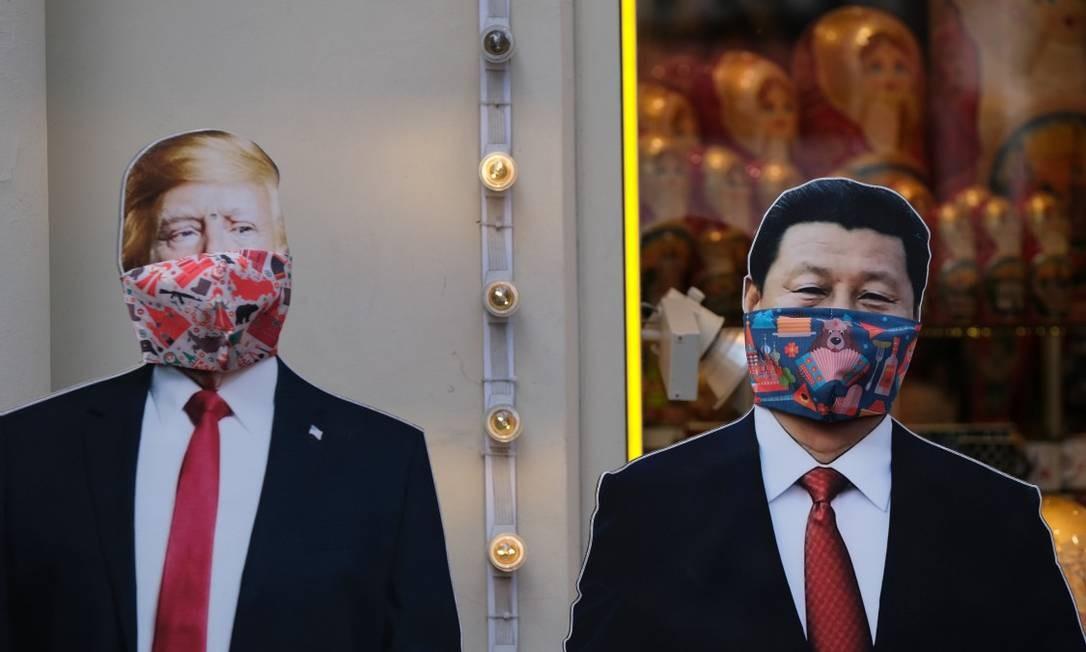 Em uma loja de Moscou, bonecos de papel de Trump e Xi usam máscaras Foto: EVGENIA NOVOZHENINA / REUTERS