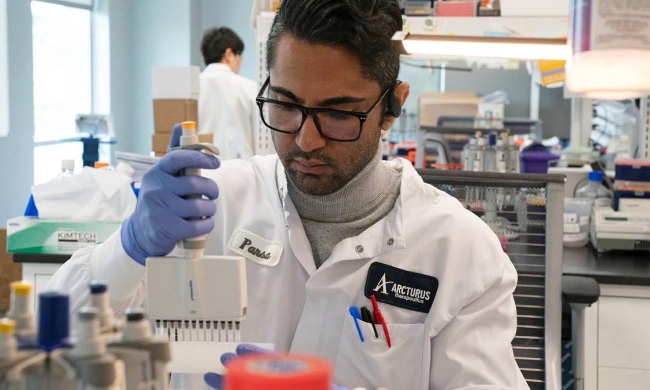 A assistente de pesquisa Parsa Parirokh, da empresa de medicamentos para RNA Arcturus Therapeutics realiza pesquisas sobre uma vacina para da Covid-19 em um laboratório em San Diego, Califórnia, nos Estados Unidos Foto: BING GUAN / REUTERS