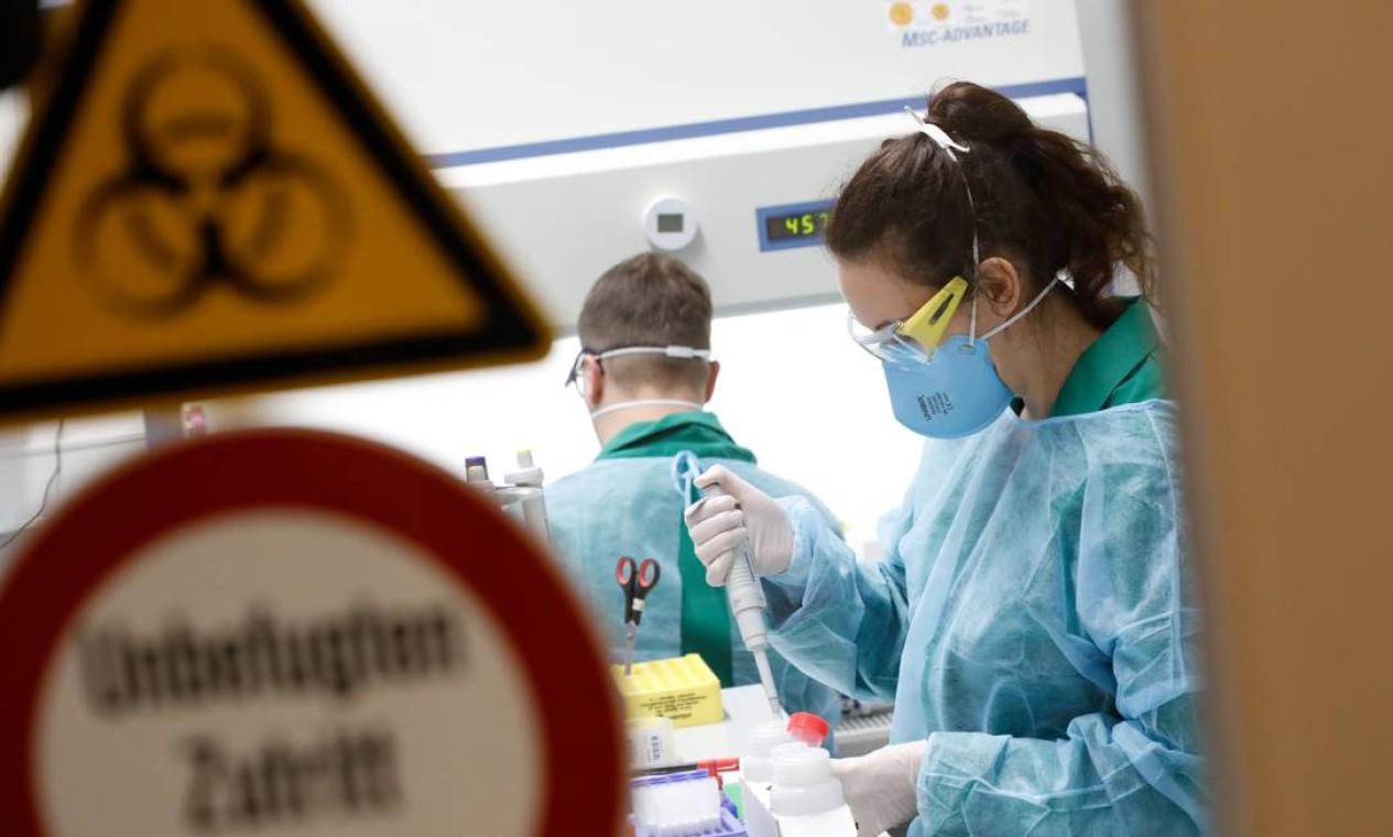 Pesquisadores realizam testes com em laboratório com o novo coronavírus em Berlim, Alemanha Foto: AXEL SCHMIDT / REUTERS