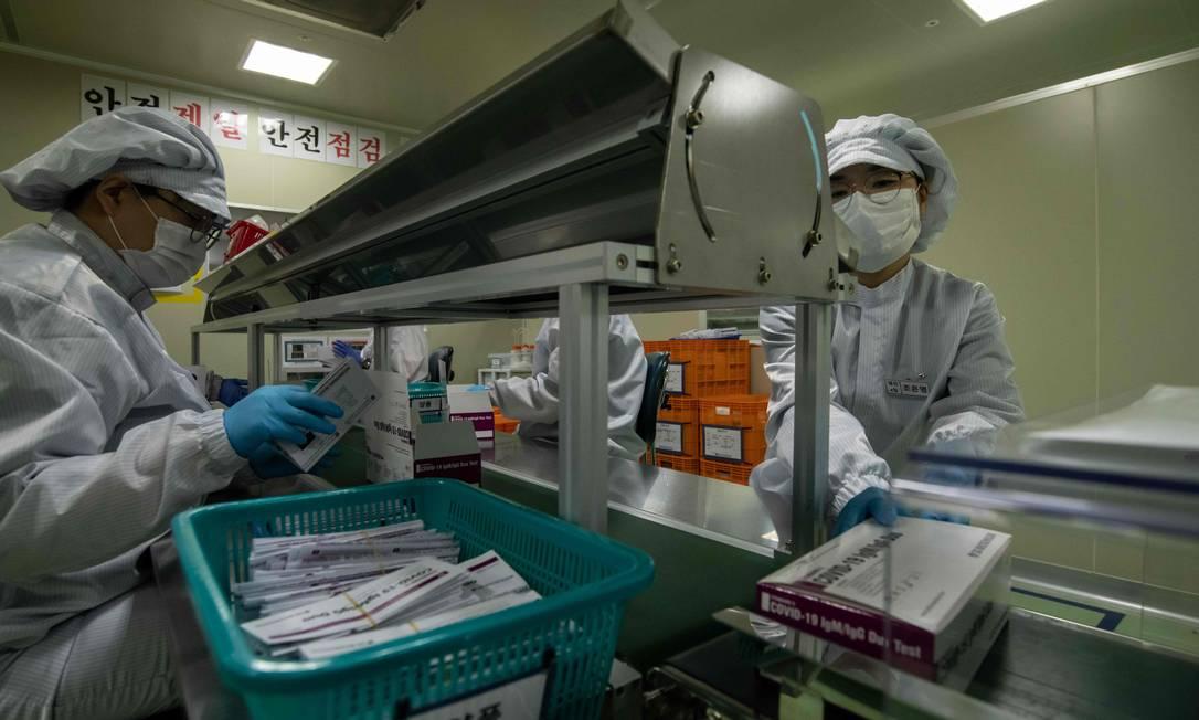 Novos kits de teste da Covid-19 são embalados em Cheongju, ao sul de Seul: país fez testagem em massa Foto: ED JONES / AFP
