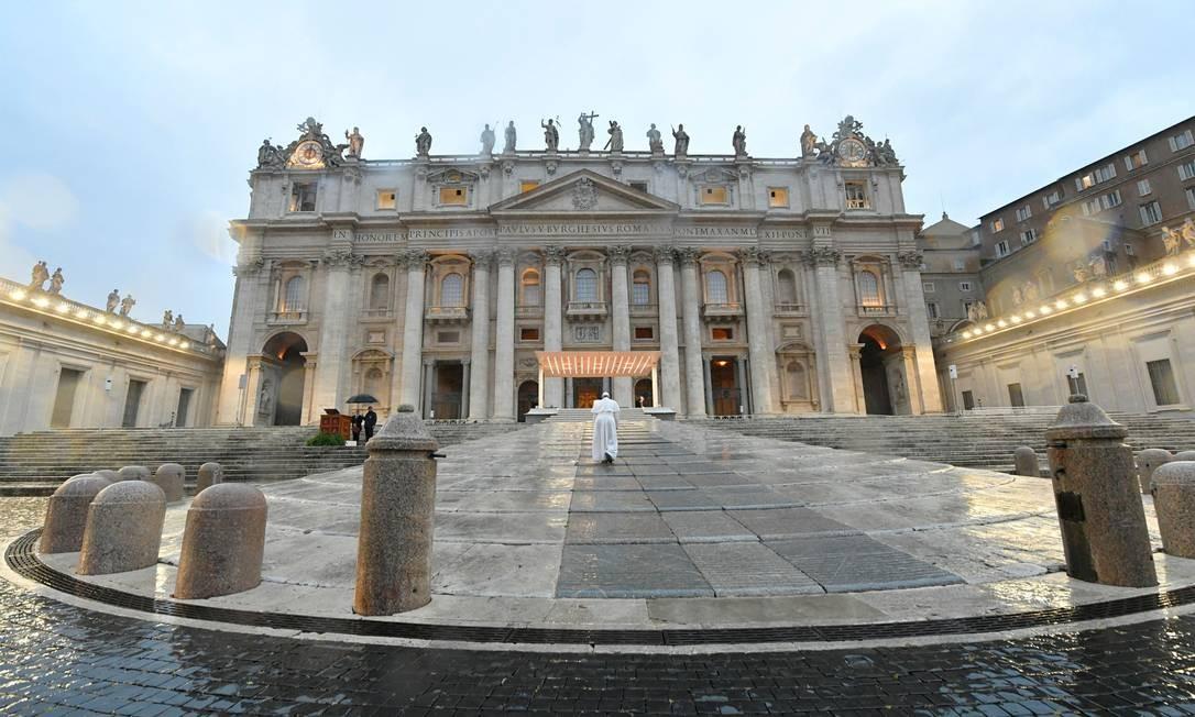 O Papa Francisco chega sozinho à Basílica de São Pedro para a oração especial Foto: Vaticano / AFP