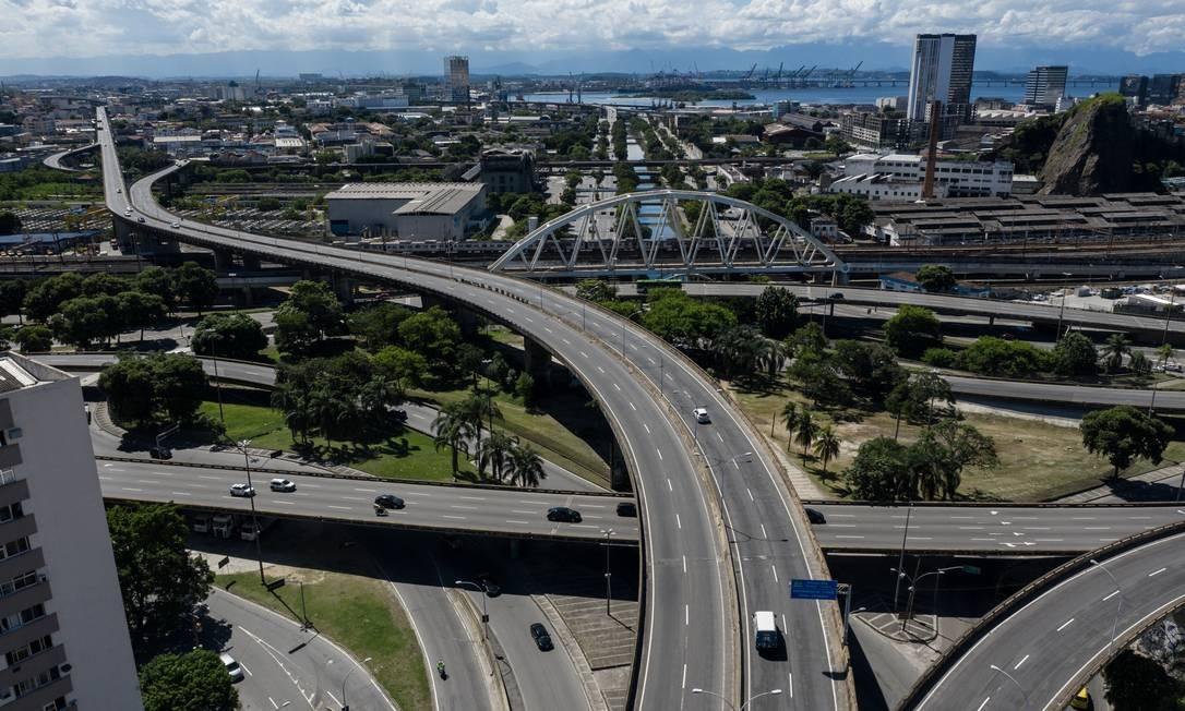 Interseção do Elevado Engenheiro Freyssinet, Linha Vermelha e Avenida Francisco Bicalho Foto: Brenno Carvalho / Agência O Globo