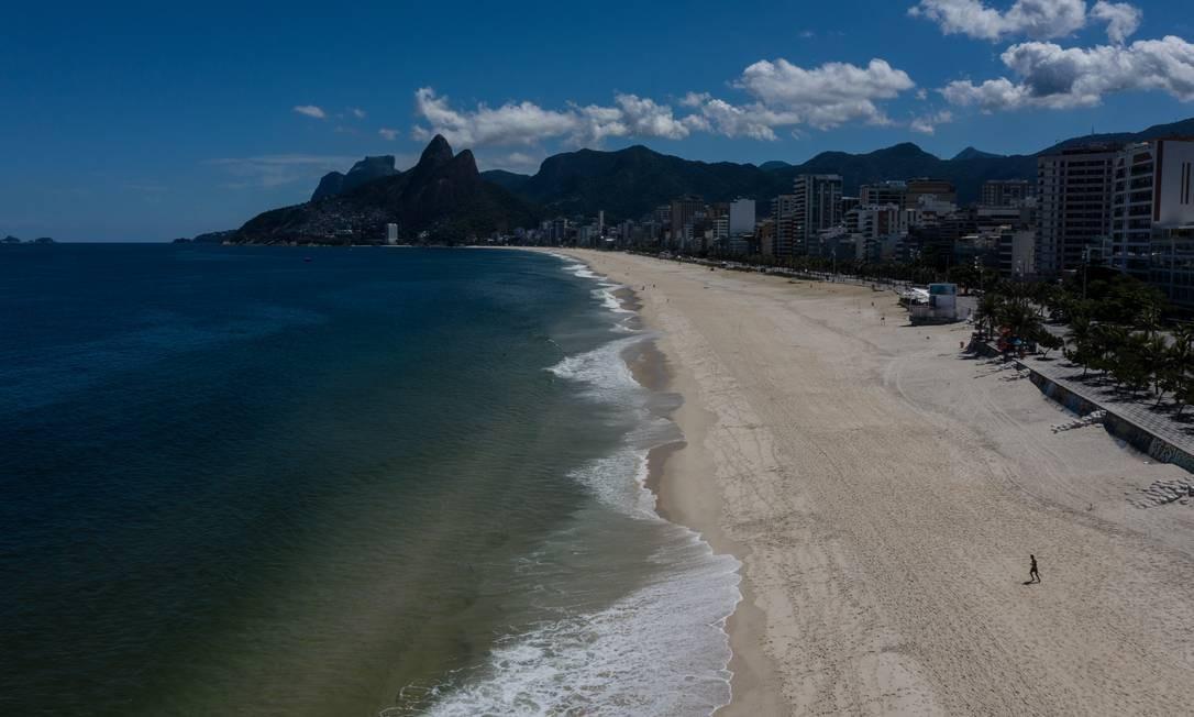 A praias do Arpoador e Ipanema vazias Foto: Brenno Carvalho / Agência O Globo