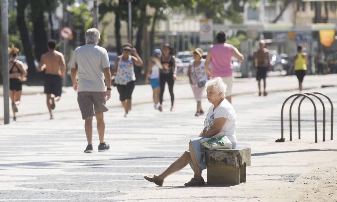Senhora idosa sentada em banco na orla de Copacabana. Governos federal, estadual e municipal, além de autoridades em saúde, vêm recomendando pessoas com mais de 60 anos a se manterem em casa devido ao risco de contágio da Covid-19, que costuma atacar mais gravemente pessoas a partir desta faixa etária Foto: Márcia Foletto / Agência O Globo
