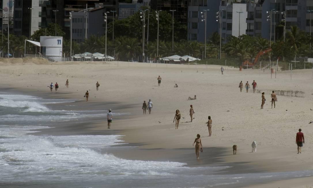 Na Praia de Ipanema, teve que aproveitou para tomar banho de mar, apesar da proibição de acesso às praias Foto: Márcia Foletto / Agência O Globo